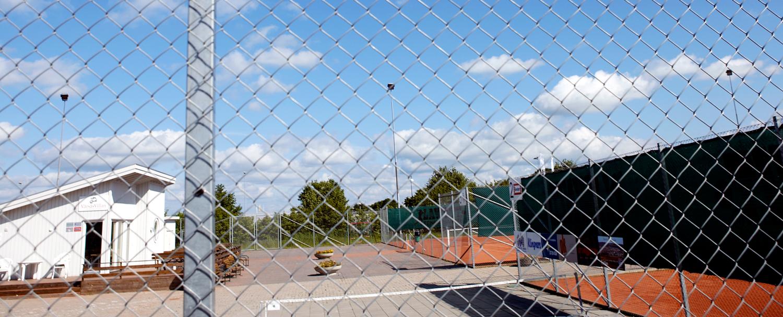 Stängsel runt tennisbana