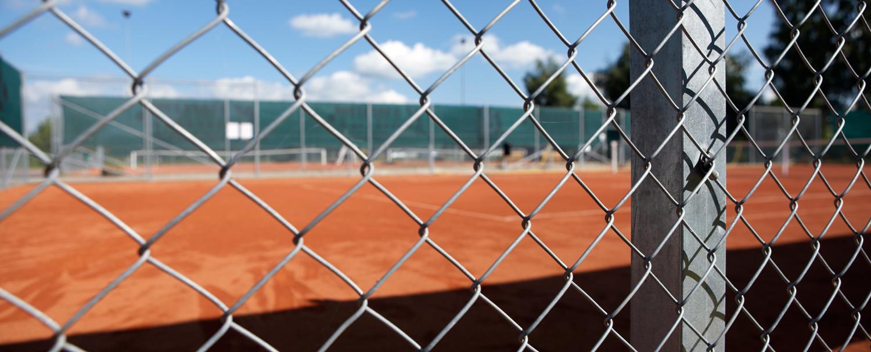 Industristängsel vid tennisbana